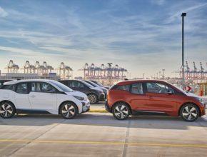auto elektromobil BMW i3 vyrážejí z přístavu do světa