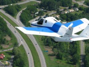 auto létající auto Terrafugia Transition nad silnicí