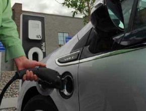 auto elektromobily nabíjení elektrických aut Chevrolet Volt konektor nabíjecí stanice ruka