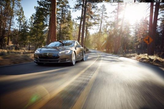 auto elektromobil Tesla Model S na silnici