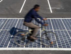 auto solární silnice cyklista solární panely elektrárna
