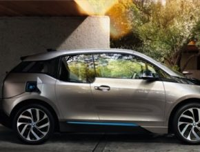 auto elektromobil BMW i3 se nabíjí z nabíjecí stanice doma garáž Wallbox