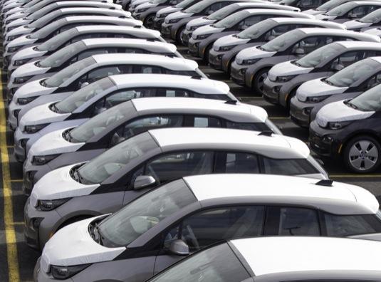 auto elektromobily BMW i3 čekají zaparkované v přístavu