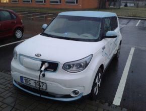 elektromobil Kia Soul EV při nabíjení u nabíjecí stanice