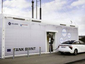 vodíkové auto Toyota Mirai u vodíkové čerpací stanice H2 Logic Dánsko