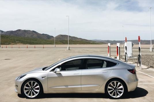 auto elektromobil Tesla Model 3 u nabíjecí stanice Tesla Supercharger u Gigatovárny Tesla v Nevadě