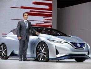 auto Carlos Ghosn u konceptu Nissan IDS, elektromobilu vybavného Nissan Intelligent Drive