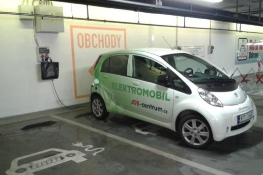 elektromobil Peugeot iOn se nabíjí u nabíjecí stanice