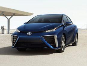 auto vodíkové Toyota Mirai u plnící čerpací stanice na vodík