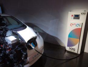 auto Nissan zkouší v Británii zásobovat domy elektřinou z aut