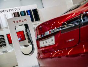 auto elektromobil Tesla Model S zadek u nabíjecí stanice Tesla Supercharger