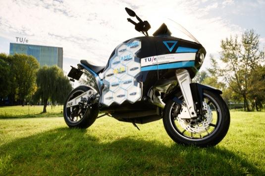 Elektromotorka STORM Pulse je s rozměry 2170 mm délky, 1480 mm výšky, 760 mm šířky a rozvorem 1540 mm pohodlné cestovní enduro.