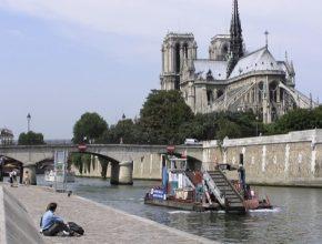 auto Paříž katedrála Notre Dame