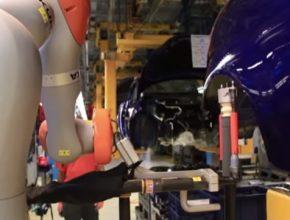 auto robot v továrně Ford auto v Německo Kolín nad Rýnem pracuje s dělníky