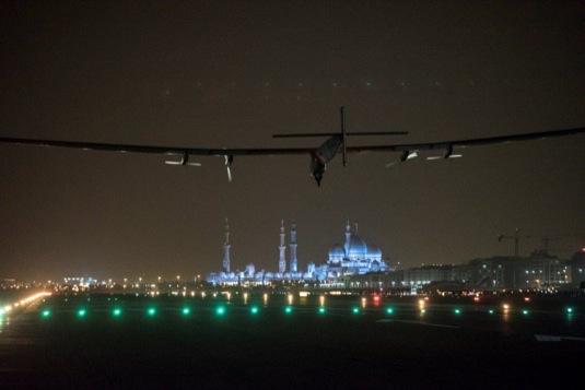 auto solární letadlo Solar Impulse II přistává v Abú Dhabí