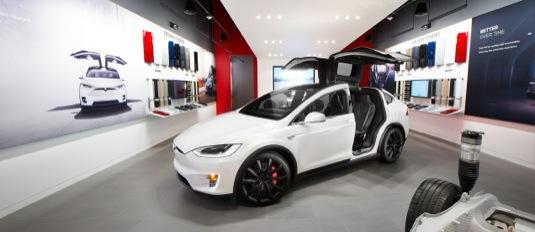 auto elektromobil Tesla Model X v obchodu Tesla Store čeká na nového zákazníka