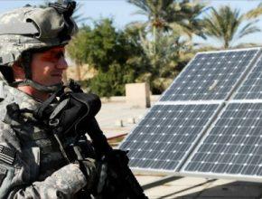 Voják americké armády u solární elektrárny, které využívá čím dál tím více amerických vojenských základen
