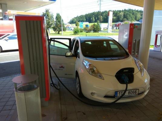 auto elektromobil Nissan Leaf nabíjení
