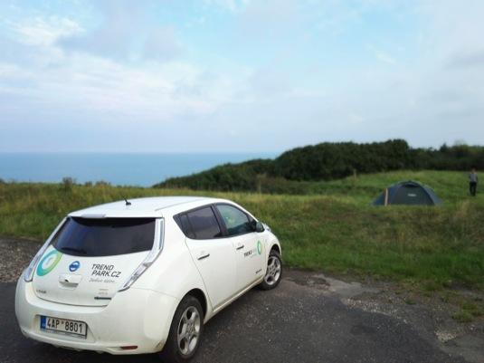 auto Ráno na pobřeží Albatrosového pobřeží s elektromobilem Nissan Leaf, Francie