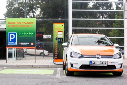 auto cez-Elektromobilita-volkswagen-e-golf-elektromobil-u-rychlonabijeci-stanice