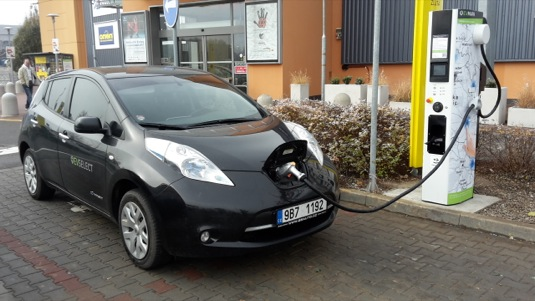 auto dobijeni-elektromobilu-nissan-leaf-evselect-rychlonabijeci-stanice-tesco-olomouc-evmapa.cz