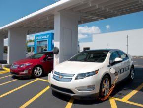 auto plug-in hybrid Chevrolet Volt u solární nabíječky