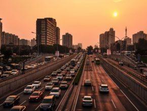 auta-silnice-ulice-dalnice-centrum-mesta-zapad-slunce