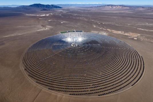 Solárně-koncentrační elektrárna u Tonopah v Nevadě. Projekt Sandstone by měl být nejméně desetkrát větší.