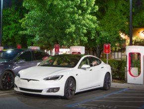 auto elektromobil Tesla Model S facelift se nabíjí u nabíjecí stanice Supercharger