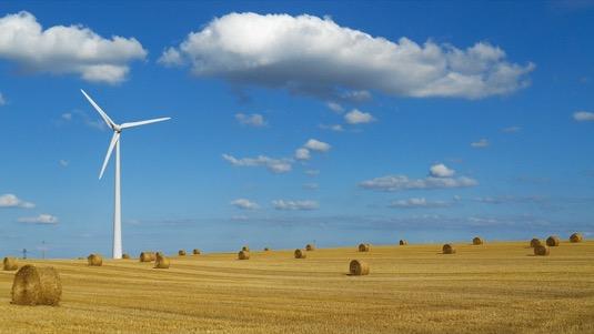 Jak jednoduše ověřit správné umístění větrné elektrárny ve velké farmě? No přeci s pomocí létajícího dronu!