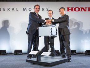 auto General Motors výkonný vice prezident globálního produktového vývoje Mark Reuss (vlevo), guvernér Michiganu Brian Calley (uprostřed) a Honda CEO pro Severoamerický region a prezident Honda North America Toshiaki Mikoshiba