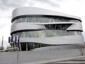 Slavné muzeum značky Mercedes-Benz ve Stuttgartu.