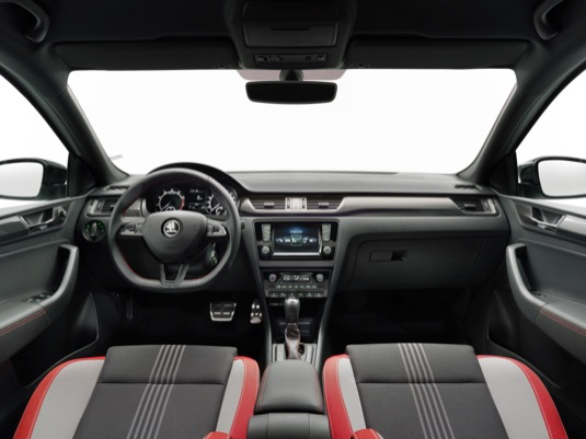 Díky kompaktním vnějším rozměrům (délka 4,48 m, šířka 1,71 m, výška 1,46 m) a velkoryse prostornému interiéru je ŠKODA RAPIDoblíbeným rodinným vozem.