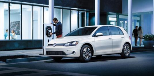 auto elektromobil Volkswagen e-Golf nabíjení ulice