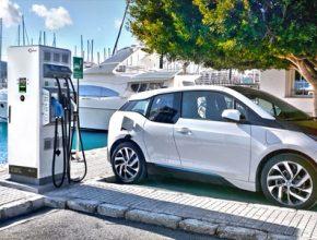 auto elektromobil BMW i3 u nabíjecí stanice Efacec