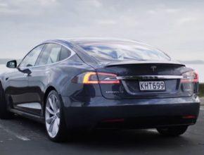 auto elektromobil Tesla Model S u pobřeží Nového Zélandu