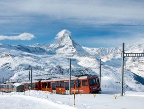 Železniční trať Gornegrat Bahn přepravuje cestující přímo ze stanice Zermatt až na vrchol Gornegraftu. Cesta trvá 33 minut a vlak při ní překoná převýšení 1469 m.