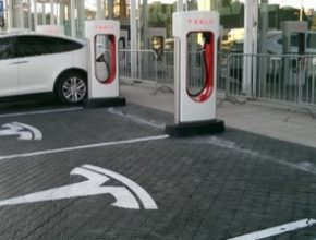 auto elektromobil dobíjení Tesla Model X u Superchargeru v Bratislavě