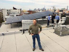 Soběstačné mikrosítě hrají zhlediska ekologie význačnou roli a vzájemně se od sebe liší stejně jako divočina na Aljašce a okolí New Yorku. Lawrence Orsini, zakladatel a CEO startupu LO3 Energy, na střeše domu vBrooklynu, který je napojený na mikrosíť.