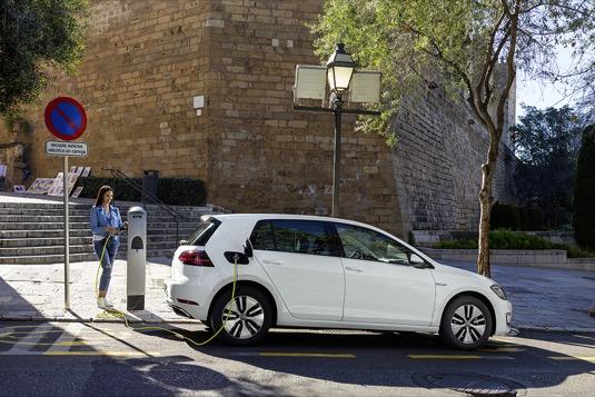 auto elektromobil Volkswagen e-Golf dobíjení