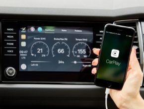 Aniž by bylo nutné ovládat smartphone, může řidič na velkém displeji ve voze vybírat jednotlivé funkce aplikace Škoda OneApp pohodlně dotykem prstu.