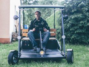 Jaromír März projel Šumavu na elektrokoloběžce, kterou si jako správný český kutil doma sám sestrojil.