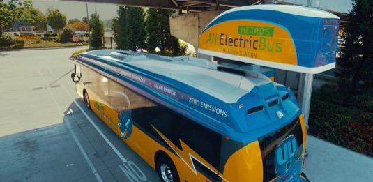 elektrobus elektrický autobus Proterra se právě nabíjí