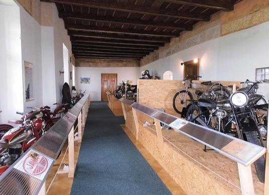 Na otevření nové dobíjení stanice pro elektromobily pod hradem Kámen na Vysočině by vás mohla nalákat i tamní výstava starých motorek