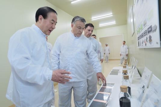 Viktor orbán v nové továrně na baterie v maďarském Goedu