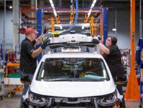 auto elektromobil Chevrolet Bolt EV výroba v továrně Orion Michigan dělníci