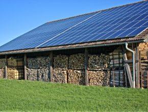 auto solární elektrárna fotovoltaika na skladu dřeva