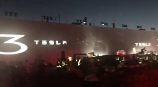 auto elektromobily Tesla Model 3 předání prvních vyrobených kusů u gigatovárny