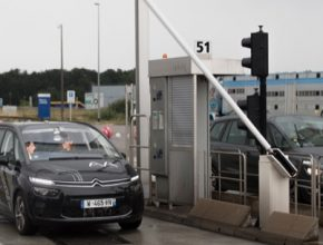 Díky spolupráci mezi skupinou PSA a společností Vinci Autoroutes překonal poprvé autonomní vůz mýtnou bránu