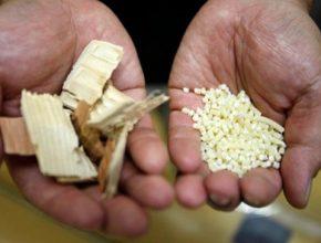 Profesor Hiroyuki Yano ukazuje ve své laboratoři v Tokiu dřevěné štěpky (vlevo) a vlákna, která jsou před přeměnou na celulózová nanovlákna